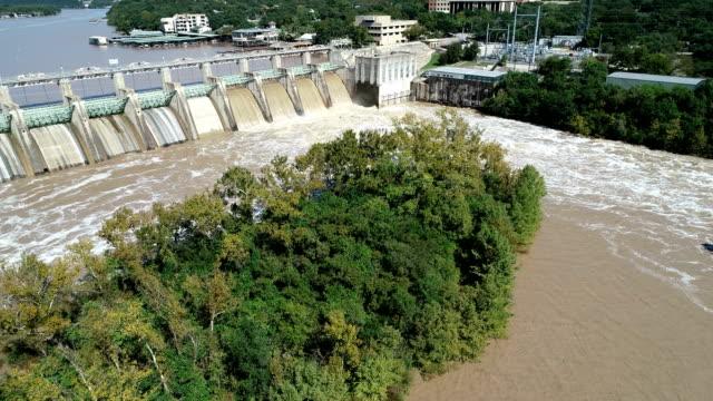 vídeos de stock e filmes b-roll de dam releases flood waters down stream along colorado river at austin texas - barragem estrutura feita pelo homem