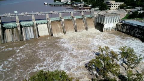 stockvideo's en b-roll-footage met dam releases zondvloed wateren in austin, texas historischegebeurtenis voor overstromingen - dam mens gemaakte bouwwerken