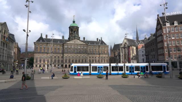 vídeos de stock e filmes b-roll de dam square and royal palace, amsterdam - linha do elétrico
