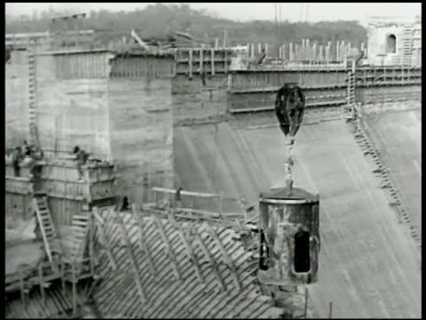 vídeos de stock, filmes e b-roll de dam under construction w/ crane moving large piece of material. hoover dam . san francisco-oakland bay bridge w/ cars moving on bridge. bridge column. - represa hoover