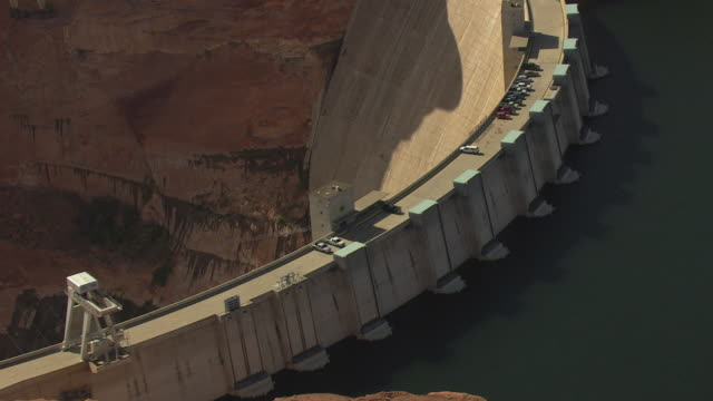 ms aerial dam wall at glen canyon dam / arizona, united states - glen canyon staudamm stock-videos und b-roll-filmmaterial