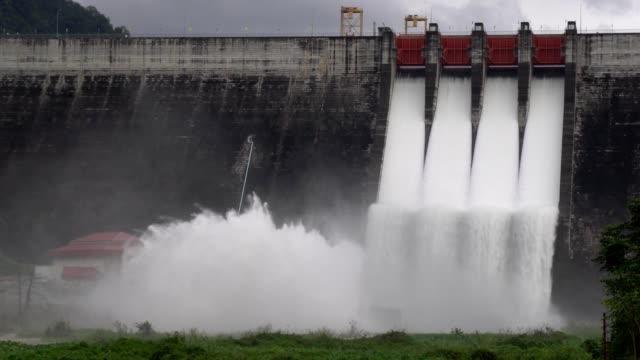vidéos et rushes de communiqué de barrage de l'eau. l'eau déborde durant la saison des pluies - bonde