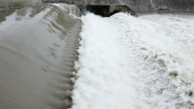 dam med flödande vatten - damm stillastående vatten bildbanksvideor och videomaterial från bakom kulisserna