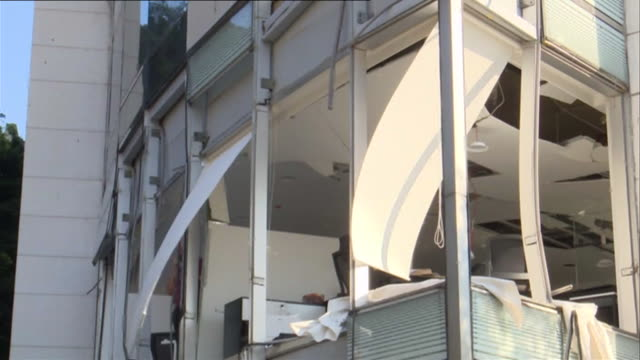damage to buildings, smashed windows, caused by the massive explosion at beirut port, lebanon - stato di emergenza video stock e b–roll