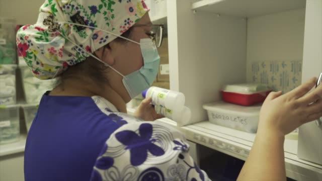 damaris silva se vio en mayo ante el mayor desafío de su trabajo en enfermería en el hospital el pino uno de los centros más presionados por la... - enfermera stock videos & royalty-free footage