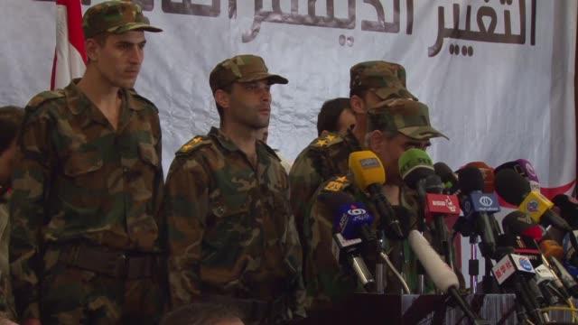 vídeos y material grabado en eventos de stock de damascus un grupo de rebeldes sirios decidio abandonar la revuelta y volver al ejercito de bashar al asad voiced rebeldes vuelven a lado de asad on... - de lado a lado
