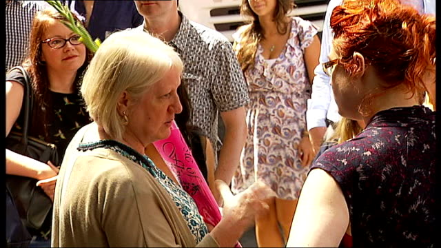 stockvideo's en b-roll-footage met dame edna everage press conference england london london palladium ext people gathered outside entrance to london palladium include lookalike / car... - london palladium
