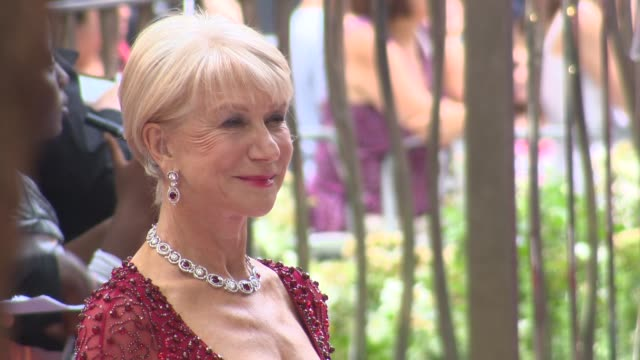 vidéos et rushes de dame helen mirren on making the film, on bruce willis, and on playing the queen again at the 'red 2' - uk premiere in london, england, uk on 7/22/13. - helen mirren