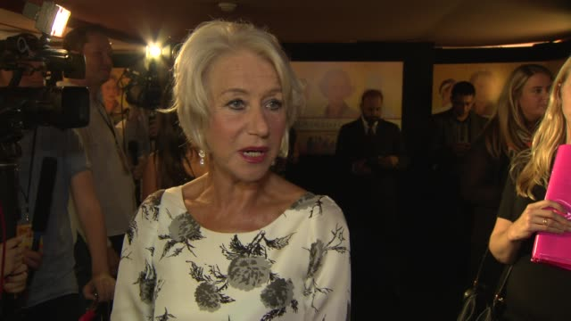 vídeos de stock e filmes b-roll de dame helen mirren on the naked photo scandal and why actresses need to be more careful at 'the hundred foot journey' uk gala screening on september... - atriz