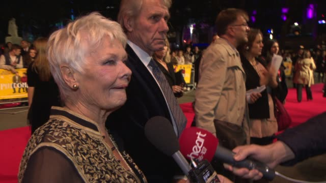 vidéos et rushes de dame judi dench at 'philomena' red carpet at odeon leicester square on october 16 2013 in london england - judi dench