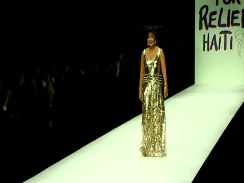 vídeos y material grabado en eventos de stock de dame shirley bassey at the naomi campbell's fashion for relief_haiti london2010_backstage front row at london england - shirley bassey