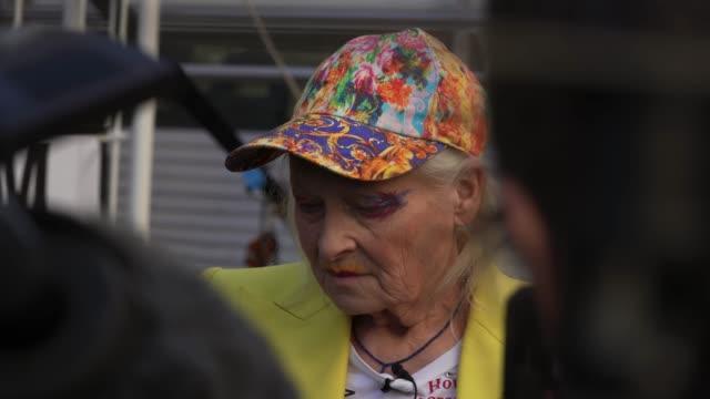 dame vivienne westwood addresses the media in a birdcage campaigning against the trail of julian assange on july 21, 2020 in london, england. dame... - westwood bildbanksvideor och videomaterial från bakom kulisserna