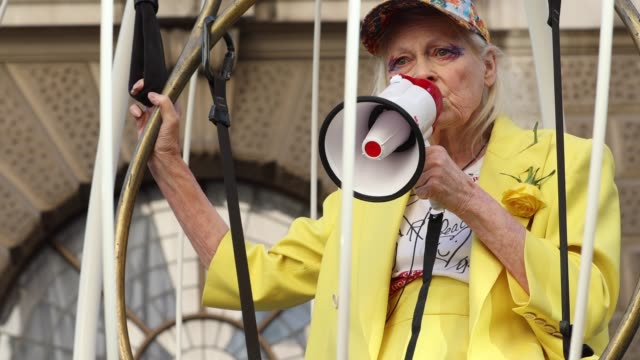 vidéos et rushes de dame vivienne westwood addresses the media in a birdcage campaigning against the trail of julian assange on july 21 2020 in london england dame... - westwood