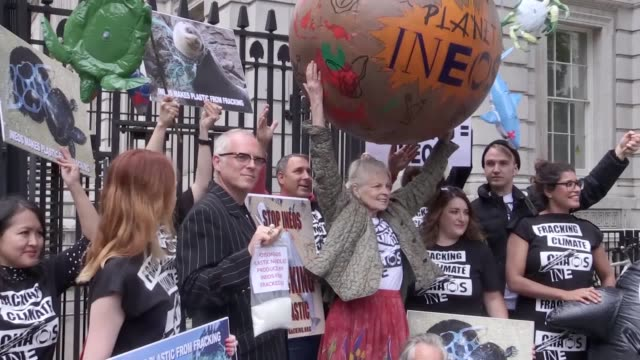 vidéos et rushes de dame vivienne westwood and her son joe corre deliver an antifracking protest at 10 downing street london - westwood