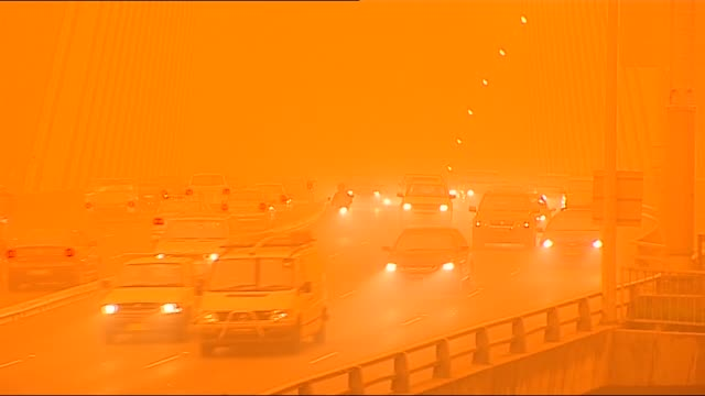 vídeos y material grabado en eventos de stock de damien smith reports on the dust storm and sydney's transport impact: from car on approach to orange sydney harbour bridge as bus passes / ivmcu... - vendaval de polvo