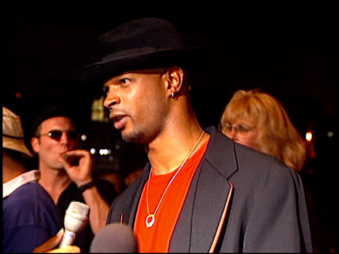 vídeos de stock, filmes e b-roll de damon wayans at the 'bullet proof' premiere at the cinerama dome at arclight cinemas in hollywood california on august 28 1996 - à prova de balas