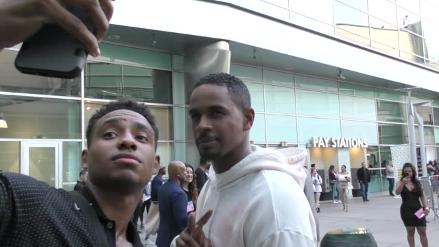 vidéos et rushes de damon wayans jr. greets fans outside the sextuplets premiere at arclight cinemas in hollywood on august 7, 2019 at celebrity sightings in los angeles. - arclight cinemas hollywood