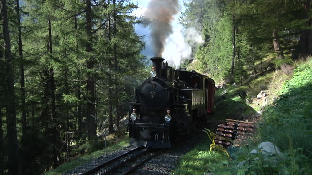 vídeos de stock, filmes e b-roll de dampfbahn furka bergstrecke - locomotiva a vapor