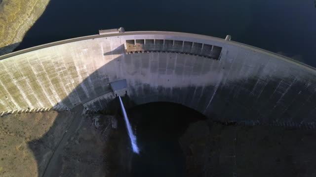 vidéos et rushes de barrages, mettre l'eau à leur place - barrage