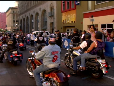 vídeos y material grabado en eventos de stock de dan aykroyd greets bikers at the grand opening of the san diego house of blues' with the blues brothers featuring dan aykroyd and jim belushi on may... - jim belushi