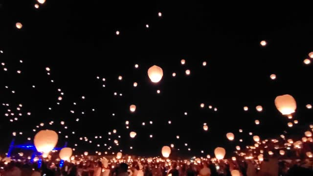 stockvideo's en b-roll-footage met dan carr captured footage of thousands of lanterns lighting up the skies above post falls, idaho, at night lights — an annual... - https