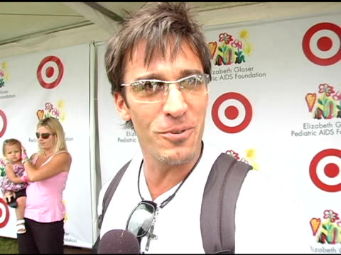 dan cortese on his participation in the dunk tank at the target 'a time for heros' celebrity carnival to benefit the elizabeth glaser pediatric aids... - アタイムフォーヒーローズ点の映像素材/bロール