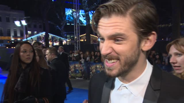 vídeos de stock e filmes b-roll de interview dan stevens on filming in the british museum working with robin williams and being a comedic actor at night at the museum secret of the... - robin williams ator