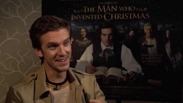 vídeos y material grabado en eventos de stock de dan stevens on working with christopher plummer, who turned 87 during filming, not having a party, love most about christmas, watching the muppets'... - christopher plummer