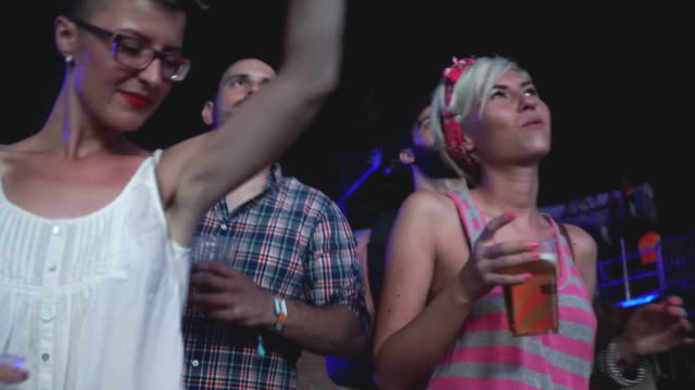 この dj セットと一晩中踊る - 灯台船点の映像素材/bロール