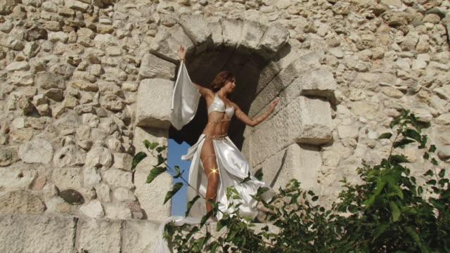 tanzen auf die antiken ruinen - historische kleidung traditionelle kleidung stock-videos und b-roll-filmmaterial