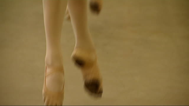 vídeos de stock, filmes e b-roll de ballet students in ballet class england london central school of ballet int **music heard over following** various of ballet dancers performing... - pirouette