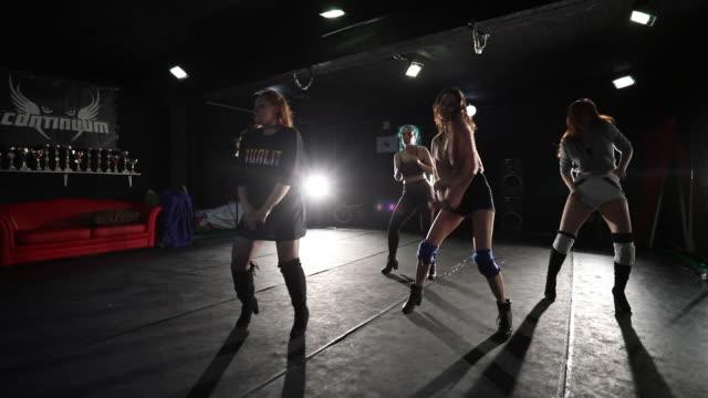 vidéos et rushes de danse de groupe de danse pendant la répétition au studio de danse - dancing
