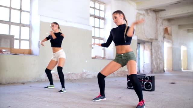 vídeos y material grabado en eventos de stock de baile de potencia.   - pared de cemento