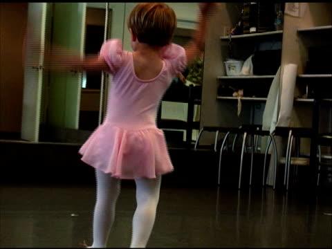 dance like nobody's watching - endast flickor bildbanksvideor och videomaterial från bakom kulisserna