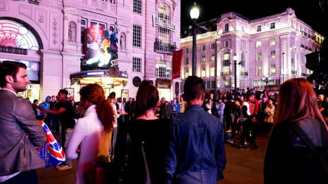 vídeos y material grabado en eventos de stock de dance performance in london piccadilly circus at night (4k/uhd to hd) - piccadilly circus