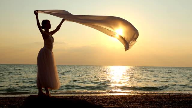 dance mit einem Schleier auf den Strand