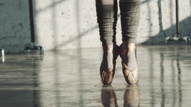 dancer balancing on tiptoe in ballet studio - tiptoe stock videos & royalty-free footage
