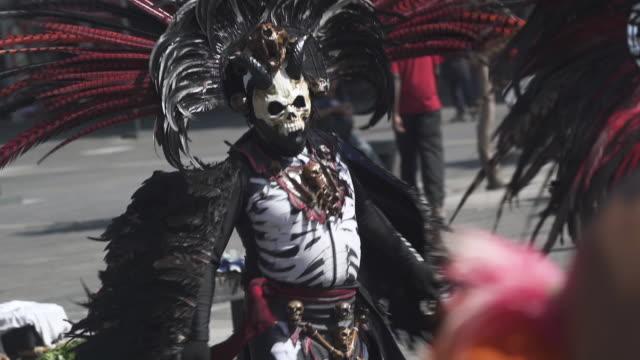 vidéos et rushes de dancer for day of the dead celebrations in mexico city - fête religieuse