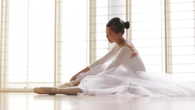 vídeos de stock e filmes b-roll de ws dancer getting ready to dance. - body de ginástica