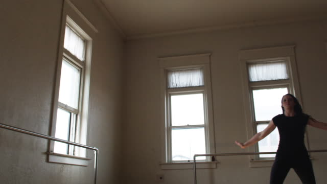 dancer in a dance studio - ユタ州スプリングヴィル点の映像素材/bロール