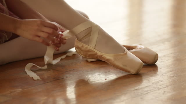 vidéos et rushes de cu dancer putting on her ballet shoes. - danseuse classique