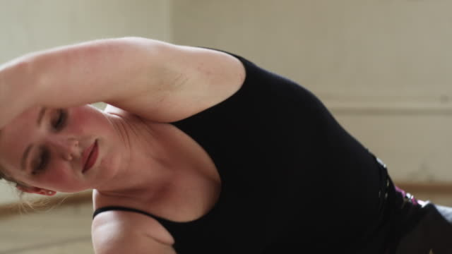 dancer stretching - ユタ州スプリングヴィル点の映像素材/bロール