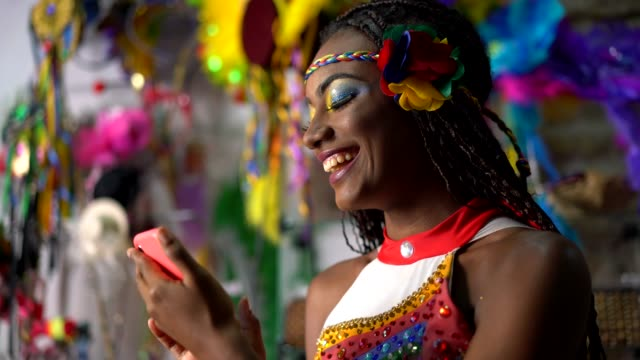 dansare med hjälp av smart phone - brasilien bildbanksvideor och videomaterial från bakom kulisserna