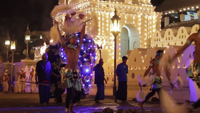 stockvideo's en b-roll-footage met ms tu dancers and elephant performing in buddhist festival or procession 'esala perahera' in front of 'temple of tooth' audio / kandy, central province, sri lanka - sri lankaanse cultuur
