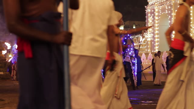 stockvideo's en b-roll-footage met ms dancers and elephants performing in buddhist festival or procession 'esala perahera' in front of 'temple of tooth' audio / kandy, central province, sri lanka - sri lankaanse cultuur