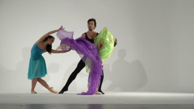 スタジオでカラーチュールと踊るダンサー - 演劇点の映像素材/bロール