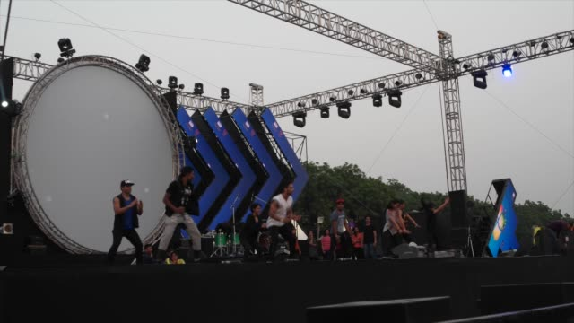 vidéos et rushes de dancers doing final rehearsals before the beginning of the their performance event. 10 heads festival is a 4 day music festival held in delhi, india,... - décor de théâtre