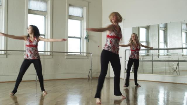 dancers in a dance studio - ユタ州スプリングヴィル点の映像素材/bロール