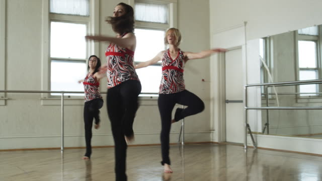 dancers in a dance studio - gymnastikanzug stock-videos und b-roll-filmmaterial
