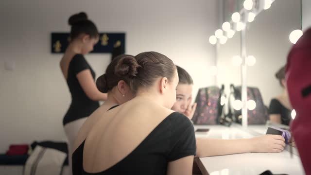 一緒に自分撮りを取る更衣室のダンサー - レオタード点の映像素材/bロール